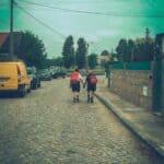 pareja caminando junta - el camino portuges